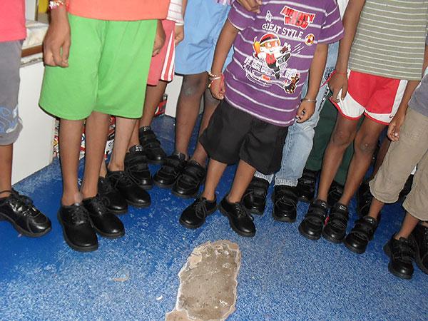 Skolbarnen i project sunshine har fått nya skor till skolan