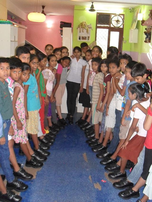Skolbarnen i New Delhi med nya skor till skolan