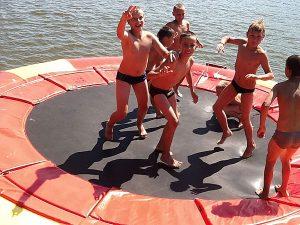 Hoppa trampolin i vattnet