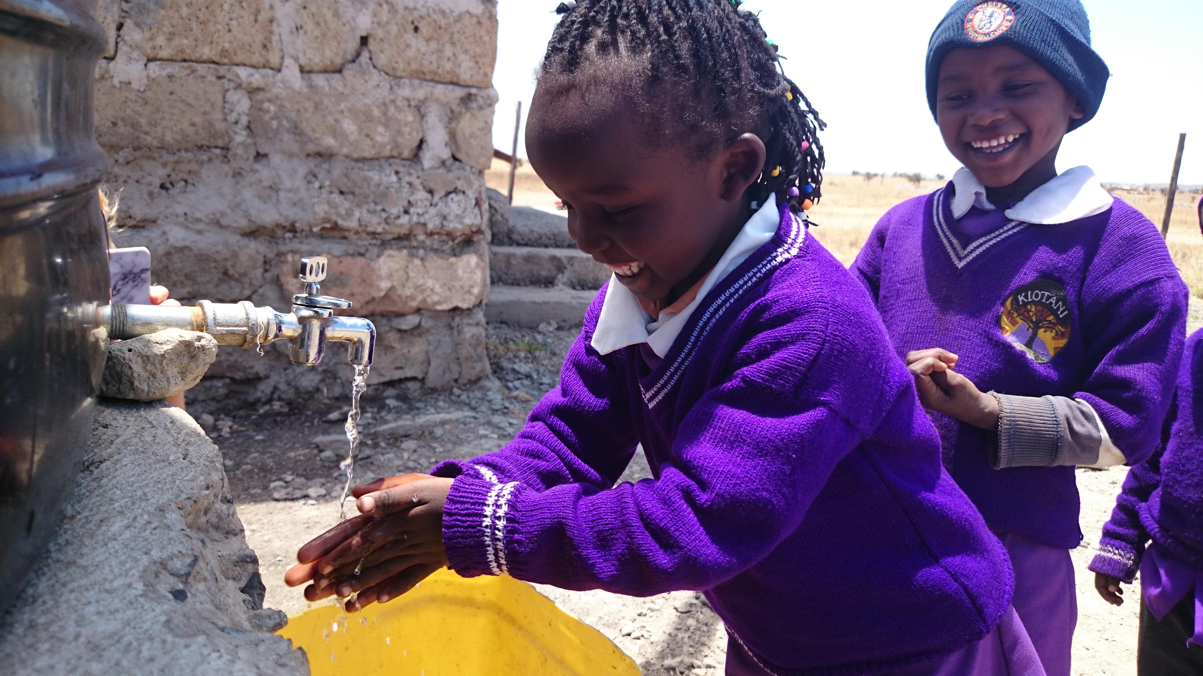 Skolbarnen Kiotani kan nu tvätta händerna i regnvatten