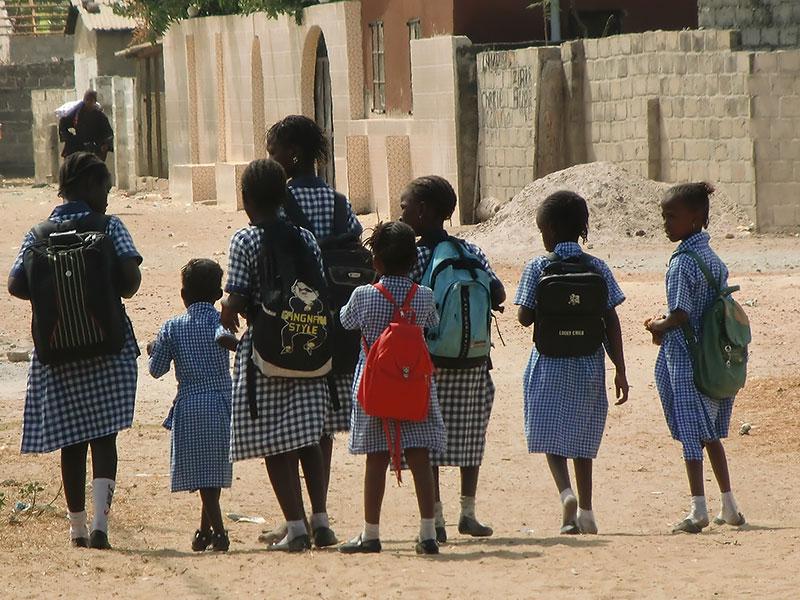Elever på väg till Sajuka skolan