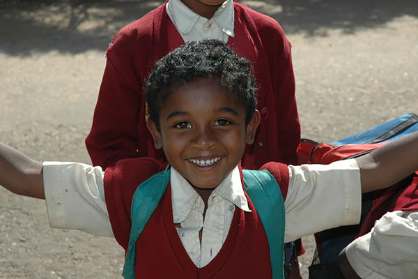 Skoluniform i ett år för att hjälpa ett barn att få gå i skolan