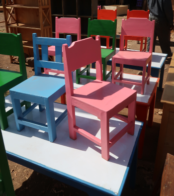 Små stolar till Kiotaniskolan