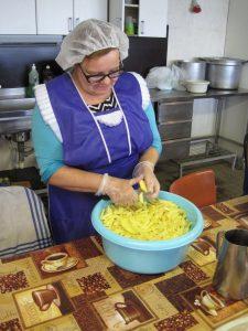 Potatis skärs i köket i Latgales Dzintars Lettland