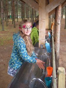 Tvättar händerna före maten Latgales Dzintars i Lettland