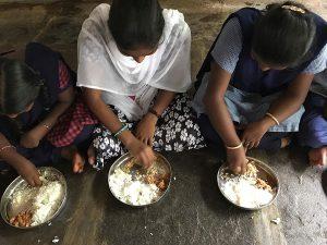 Kycklingmiddag på barnhemmet i Indien