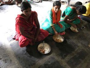 Middag på barnhemmet i Indien