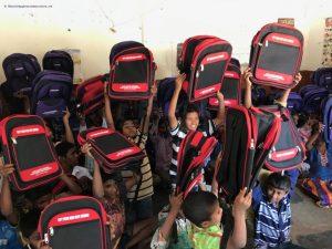 Alice-delade-ut-nya-skolväskorna-till-barnen
