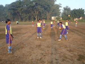 Tjejerna spelar fotboll
