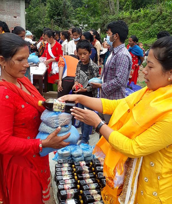 Matpaket delas ut i Nepal