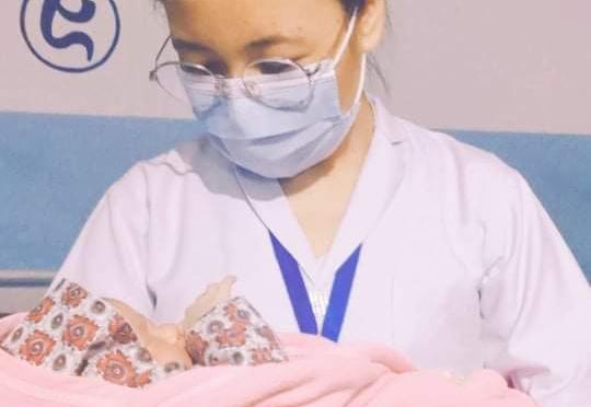 Sköterska med baby i Nepal